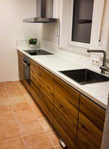 Küche mit ansprechender Holzfront